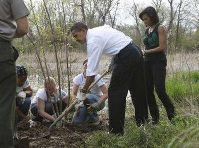 obamas-gardening-kenilworth-aquatic-gardens-4-21-09